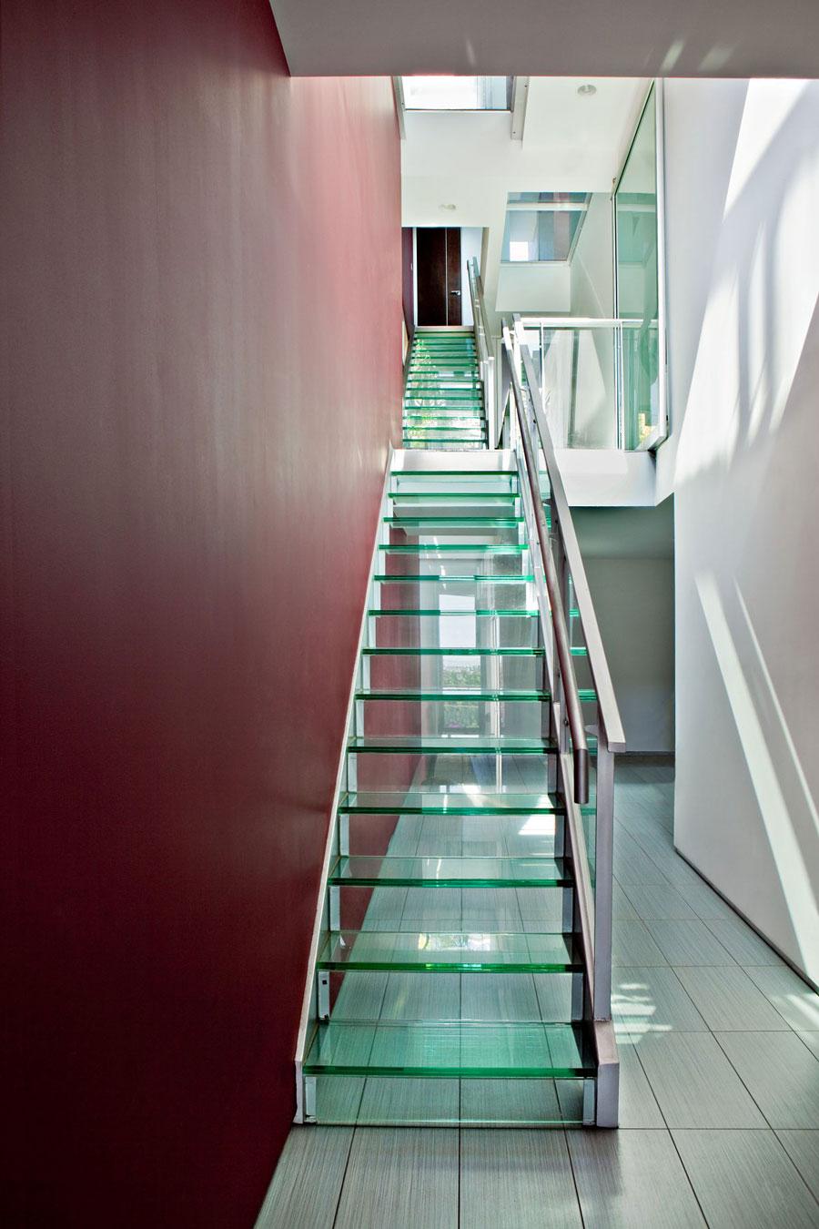 Узкая стеклянная лестница в интерьере