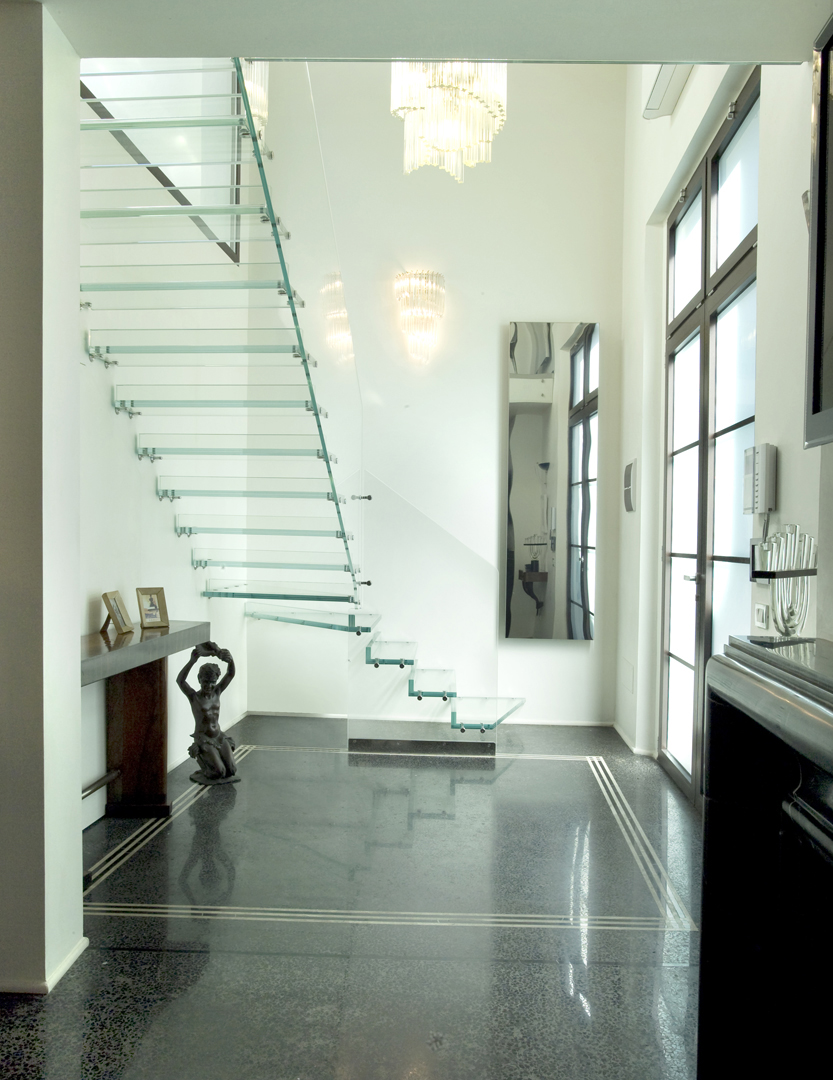 Стеклянная лестница в классическом интерьере