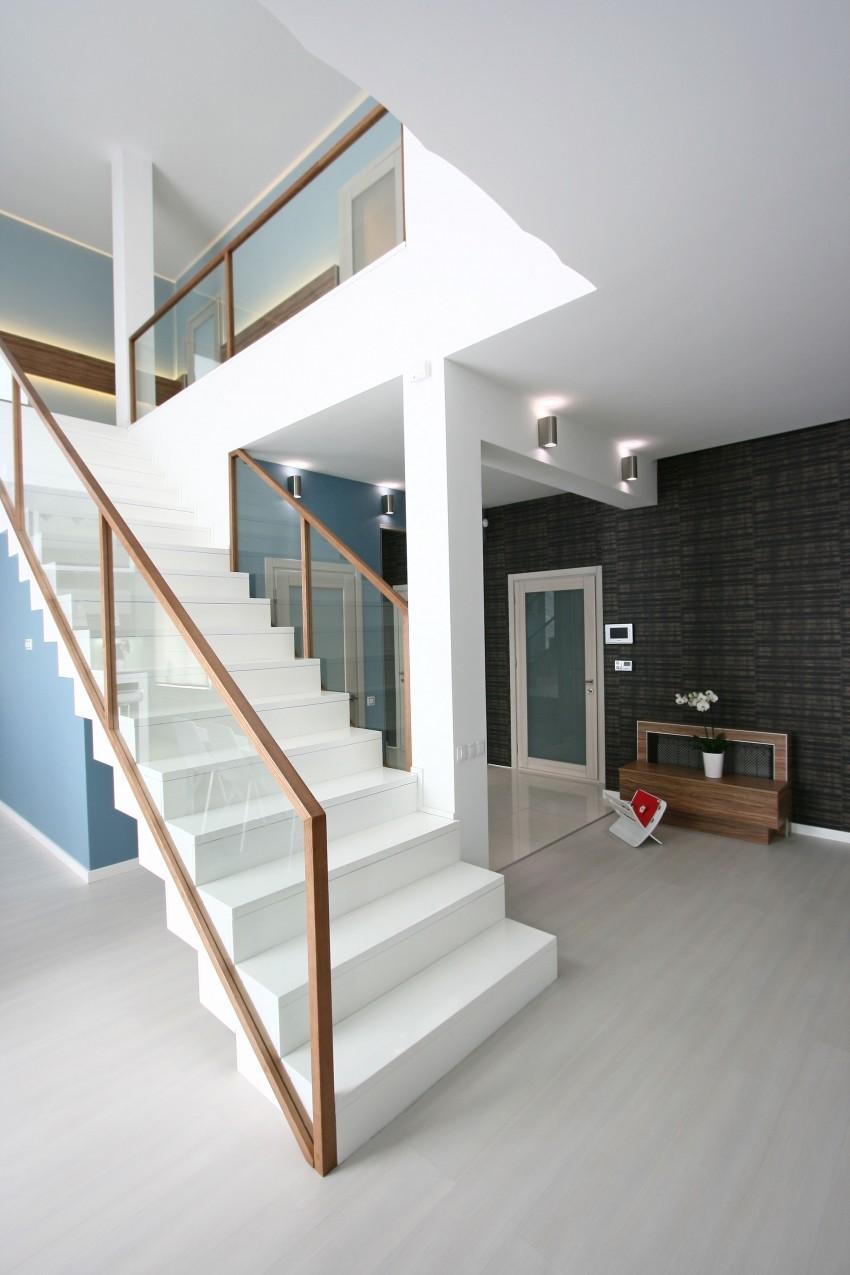 Белая лестница со стеклянным ограждением