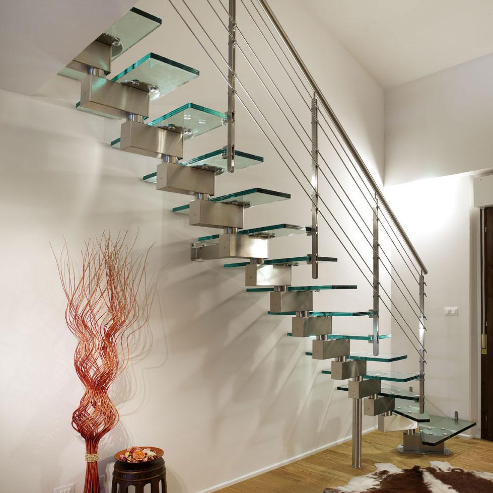 Стильная лестница из стекла и металла