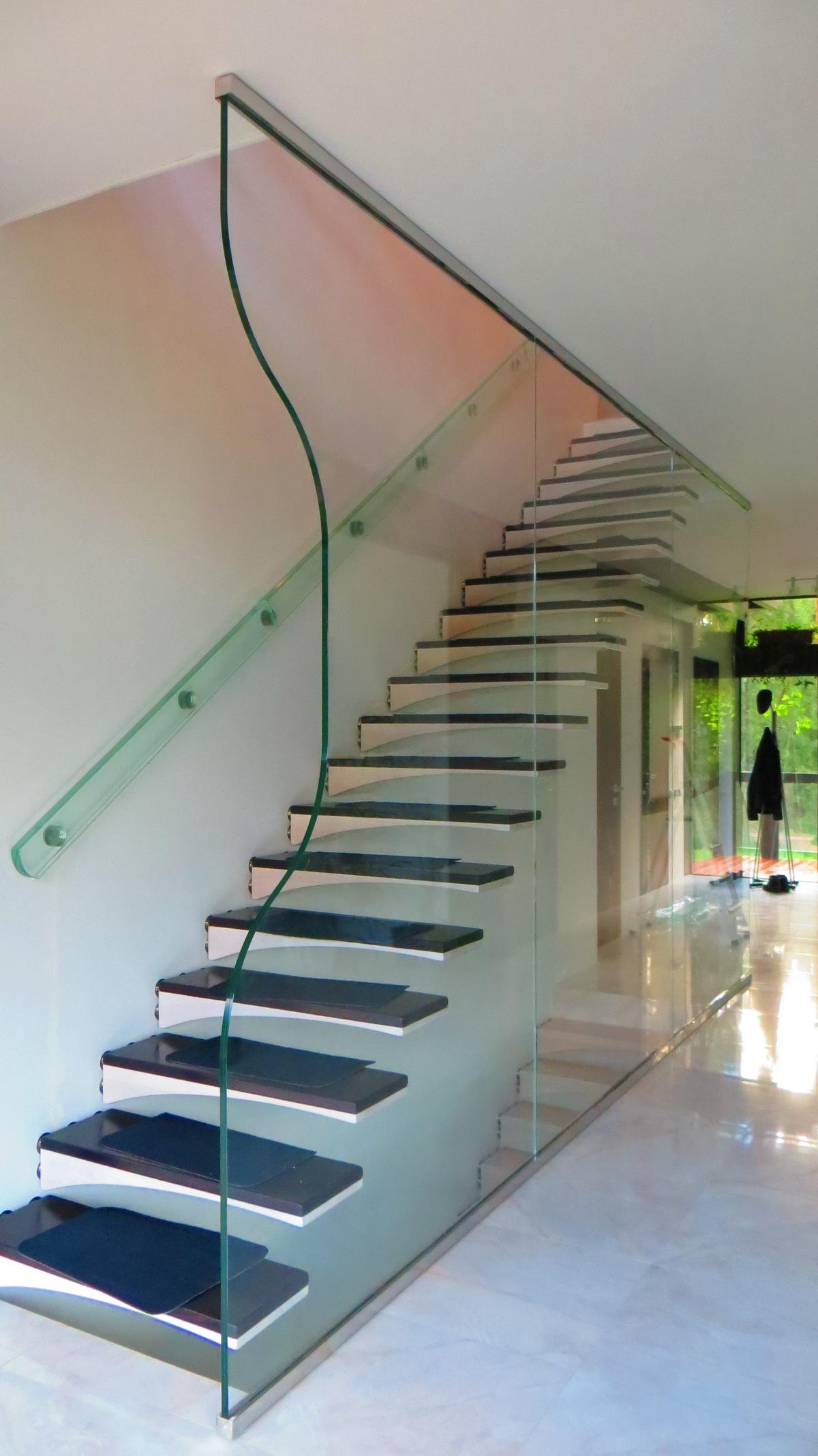 Стеклянное ограждение у лестницы