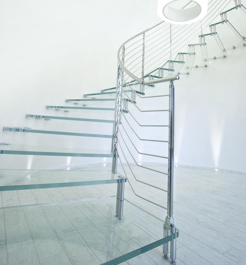 Изогнутая лестница из стекла и металла