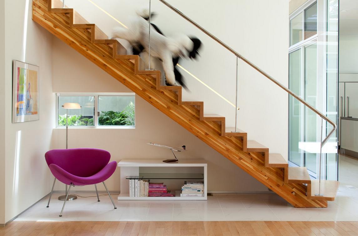 Деревянная лестница с ограждением из стекла и металла