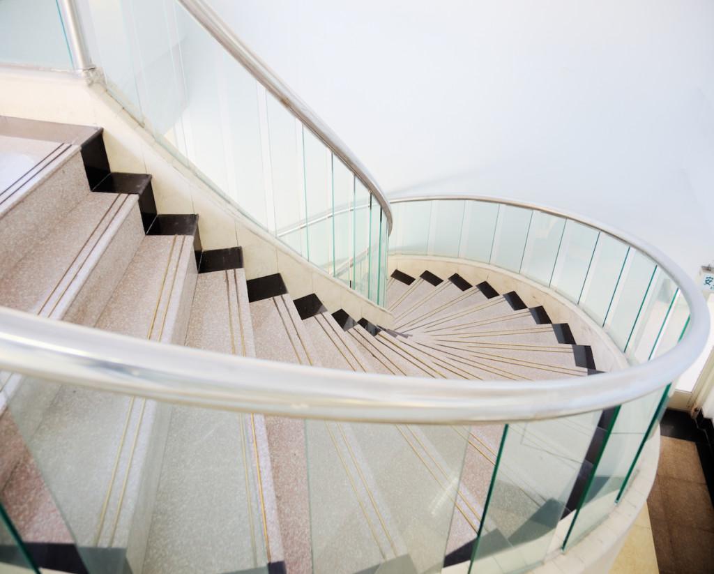 Широкая лестница со стеклянными ограждениями