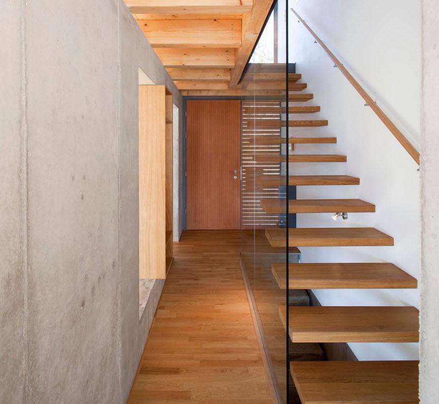 Деревянная лестница с ограждением из стекла