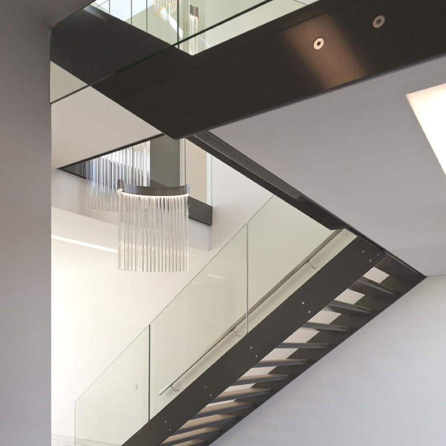 Металлическая лестница с ограждением из стекла