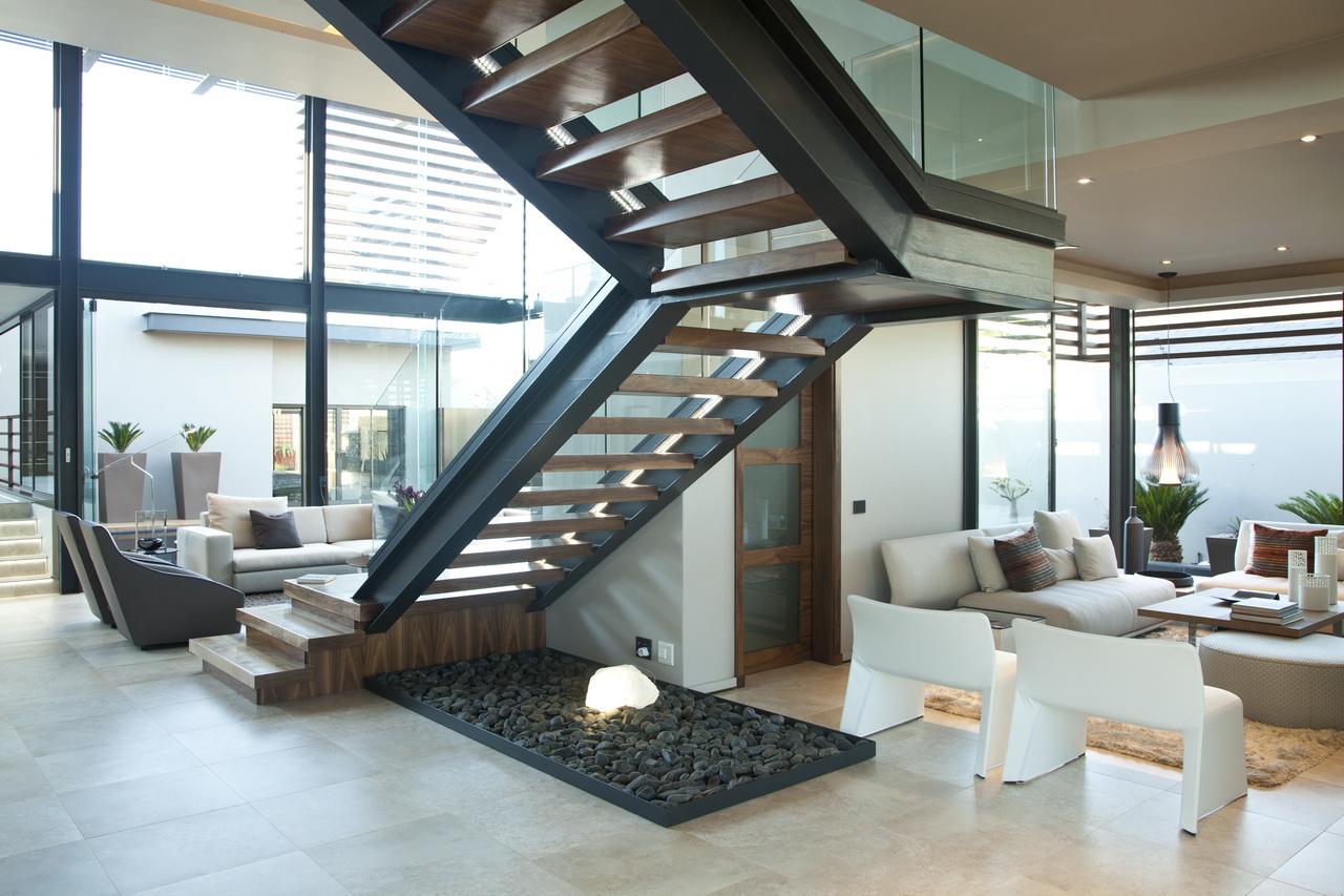 Черно-коричневая лестница со стеклянным ограждением