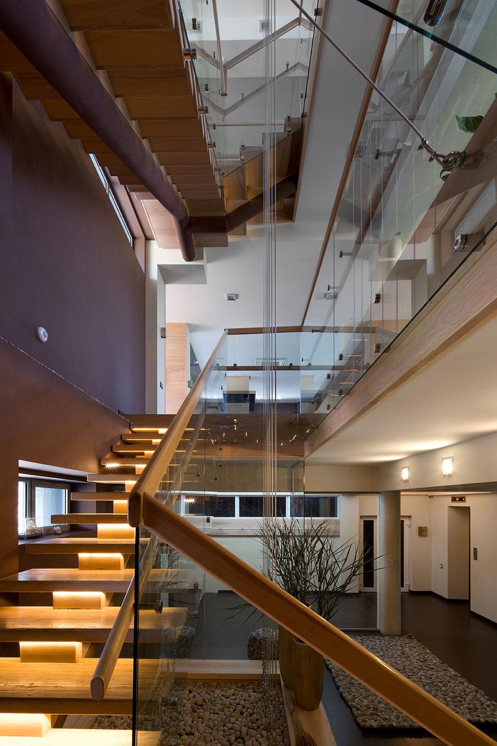 Деревянная поворотная лестница со стеклянным ограждением