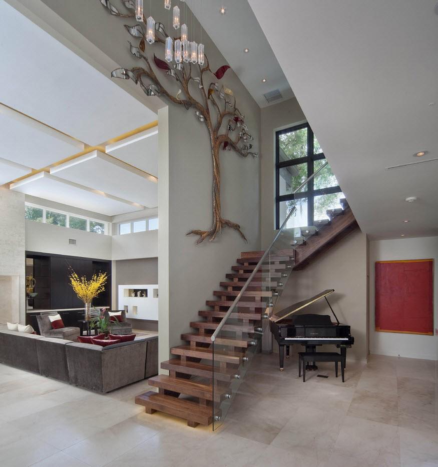 Деревянная лестница со стеклянным ограждением в интерьере дома