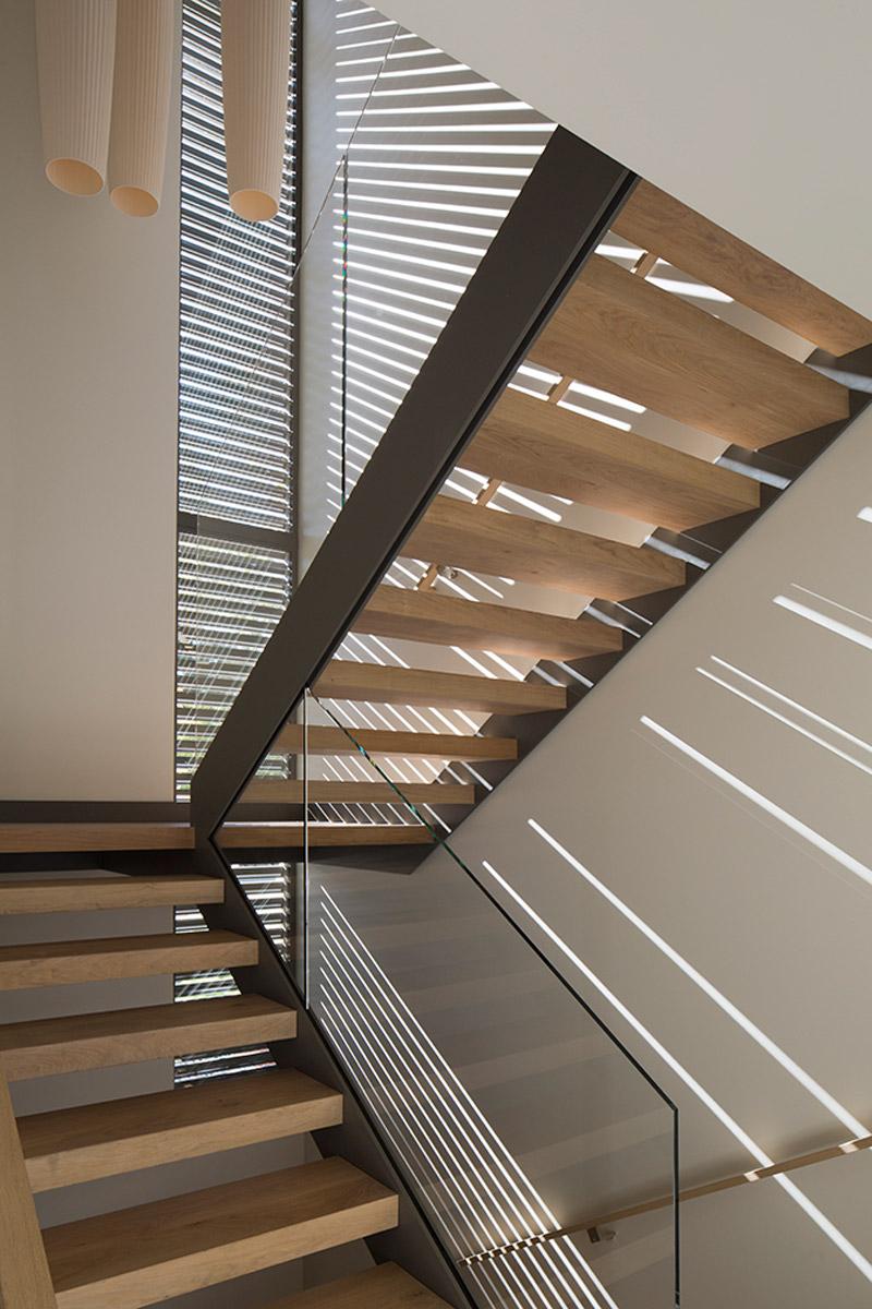 Лестница со стеклянным ограждением в интерьере дома