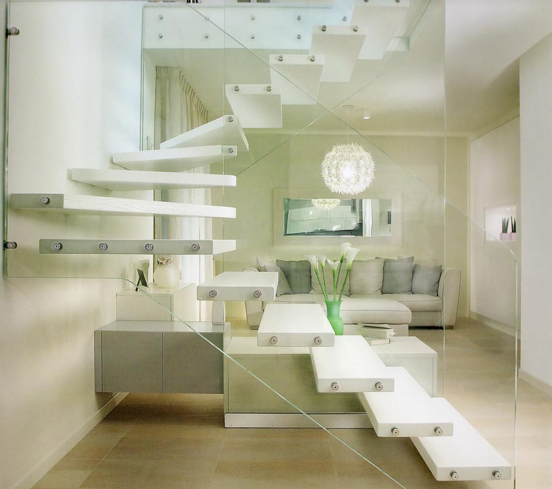 Маршевая стеклянная лестница с поворотами