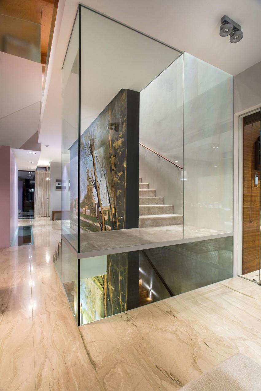 Лестница со стеклянной перегородкой в интерьере дома