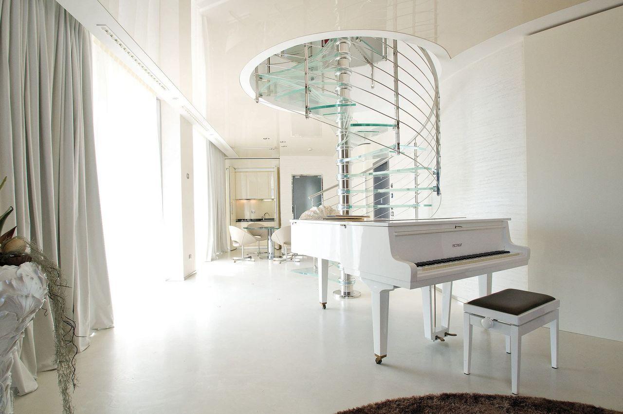 Стильная винтовая лестница из стекла и металла
