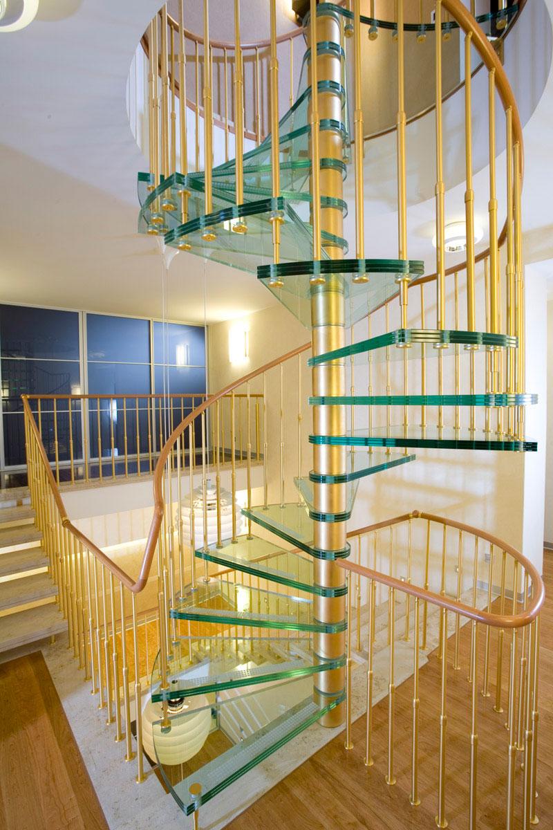Винтовая оригинальная лестница из стекла и металла