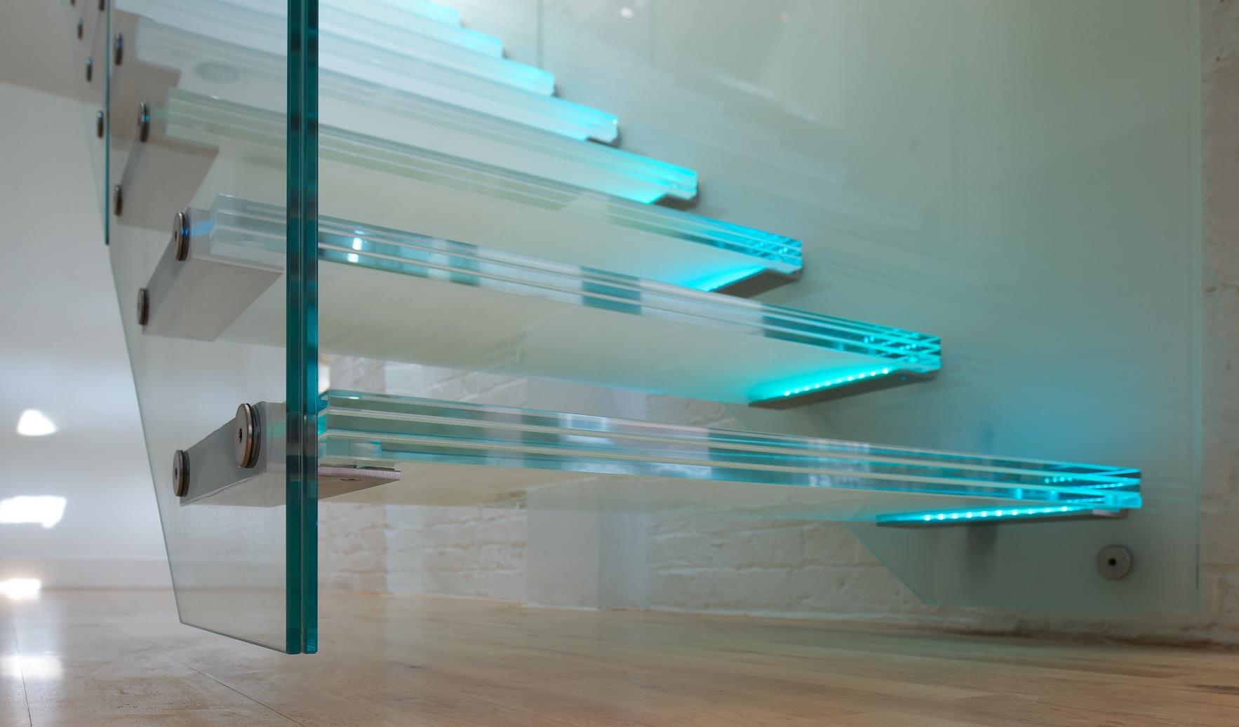 Трехслойные стеклянные ступени