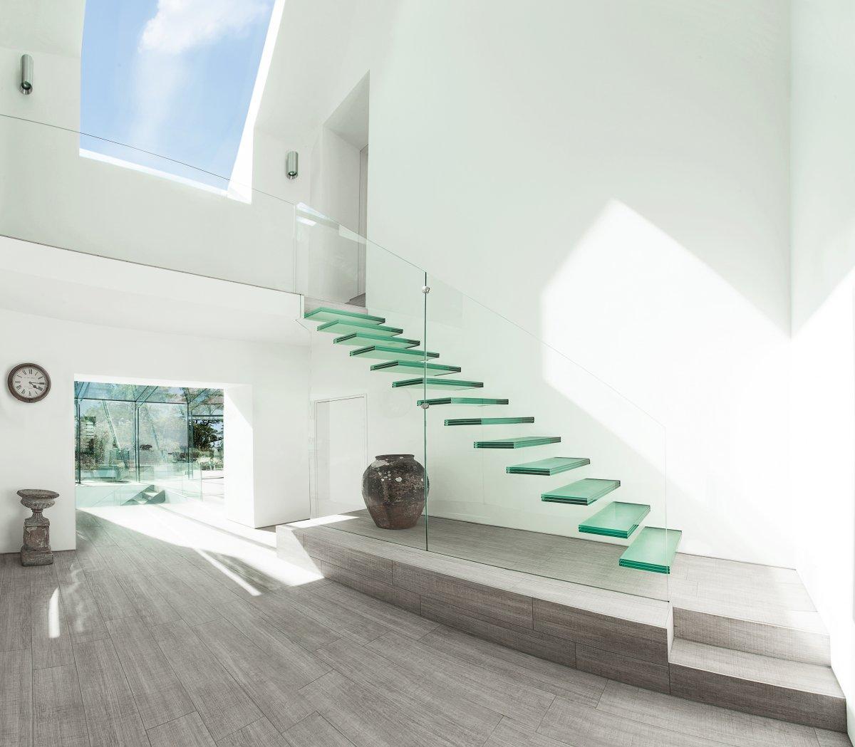 Минималистичная стеклянная лестница в интерьере