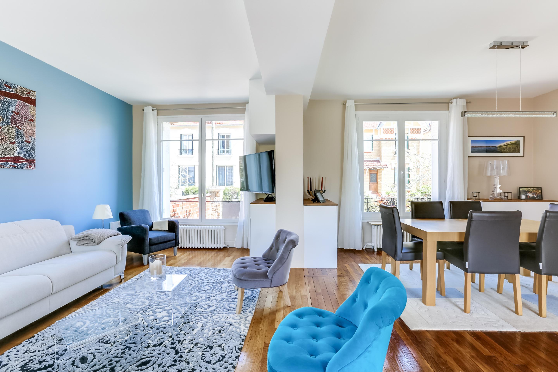 Голубая стена в гостиной