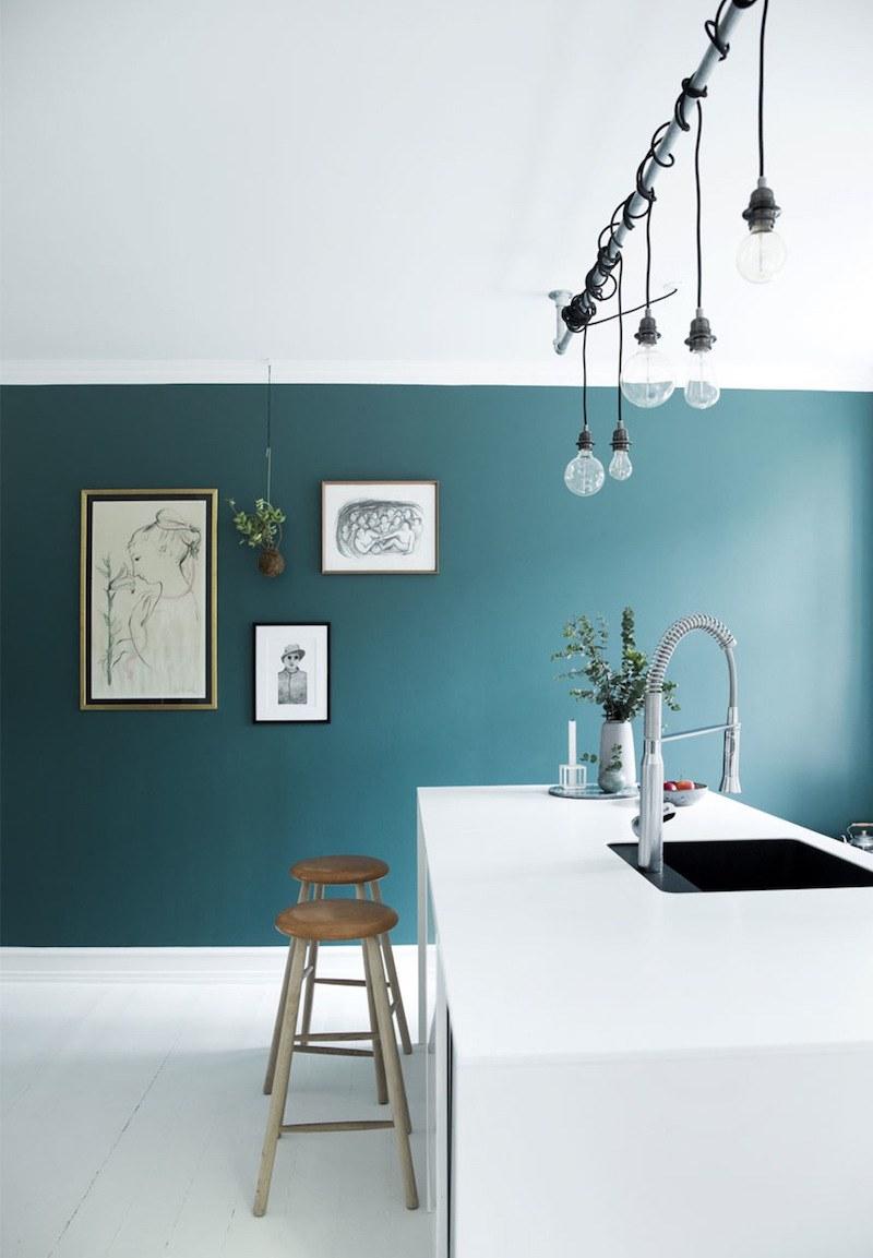 Кухня со стенами в голубых тонах