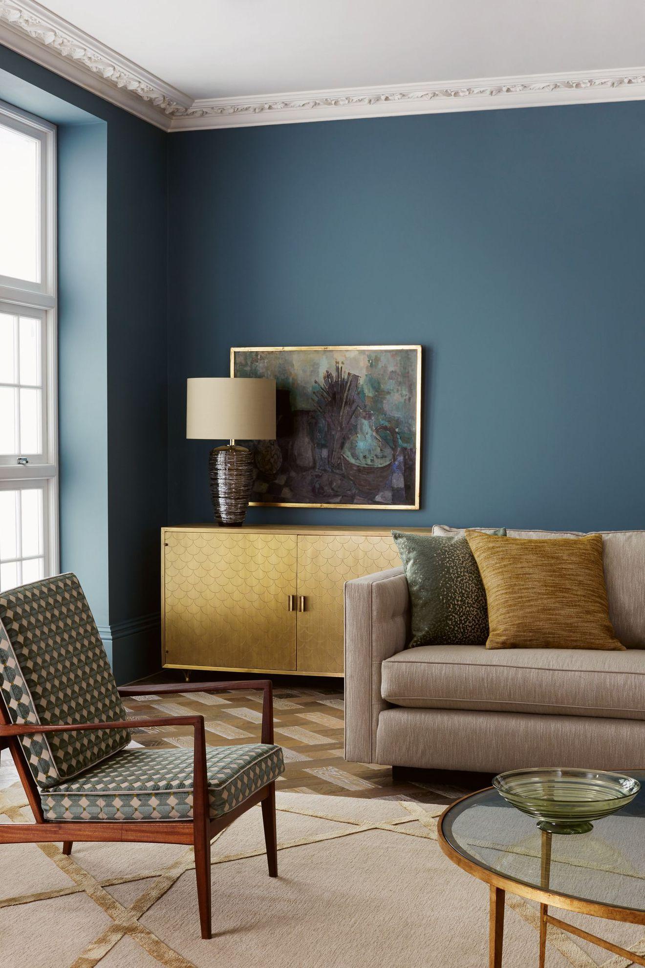 Темно-голубые стены в гостиной