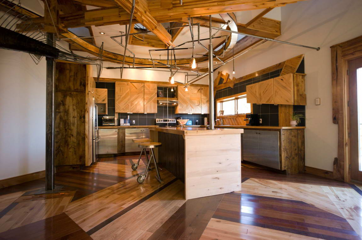 Кухня с деревянной отделкой в стиле стимпанк