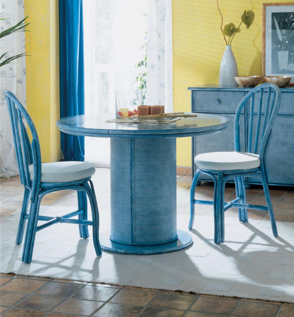 Голубой стол в гостиной