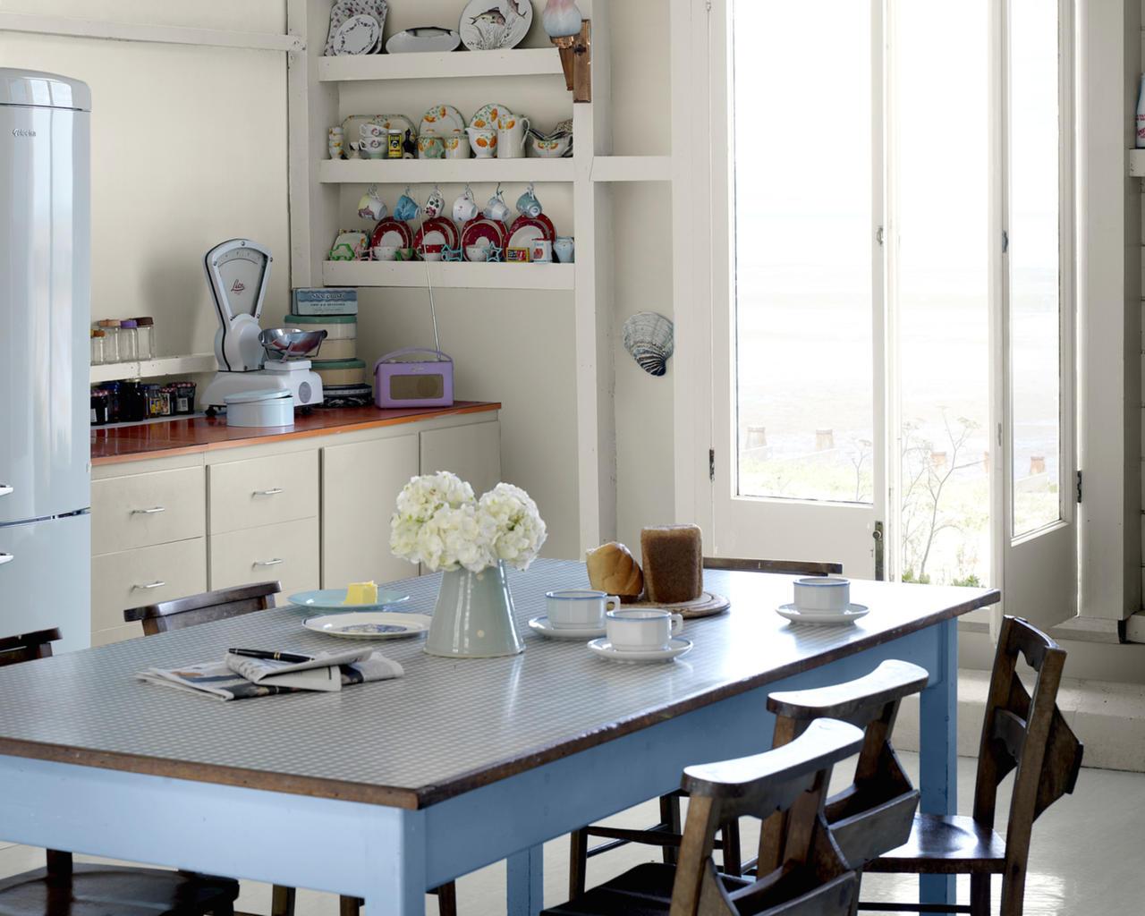 Кухонный стол в голубых тонах