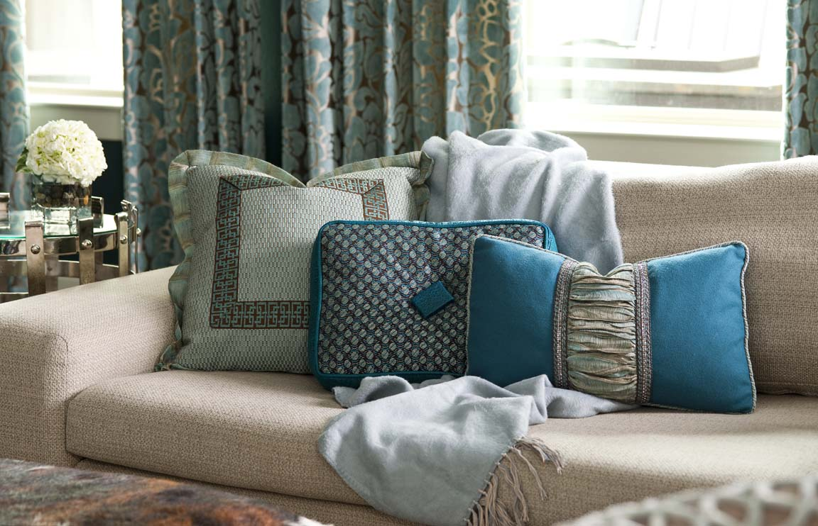 Гостиная с голубым текстилем