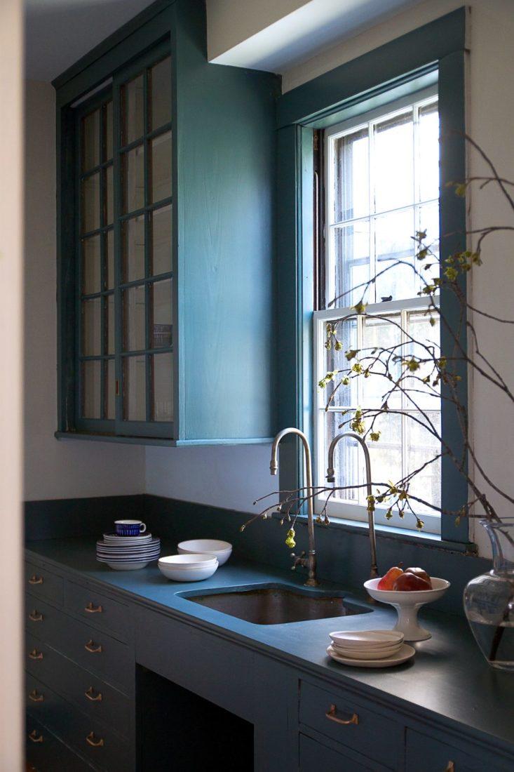 Кухня в голубых тонах темная