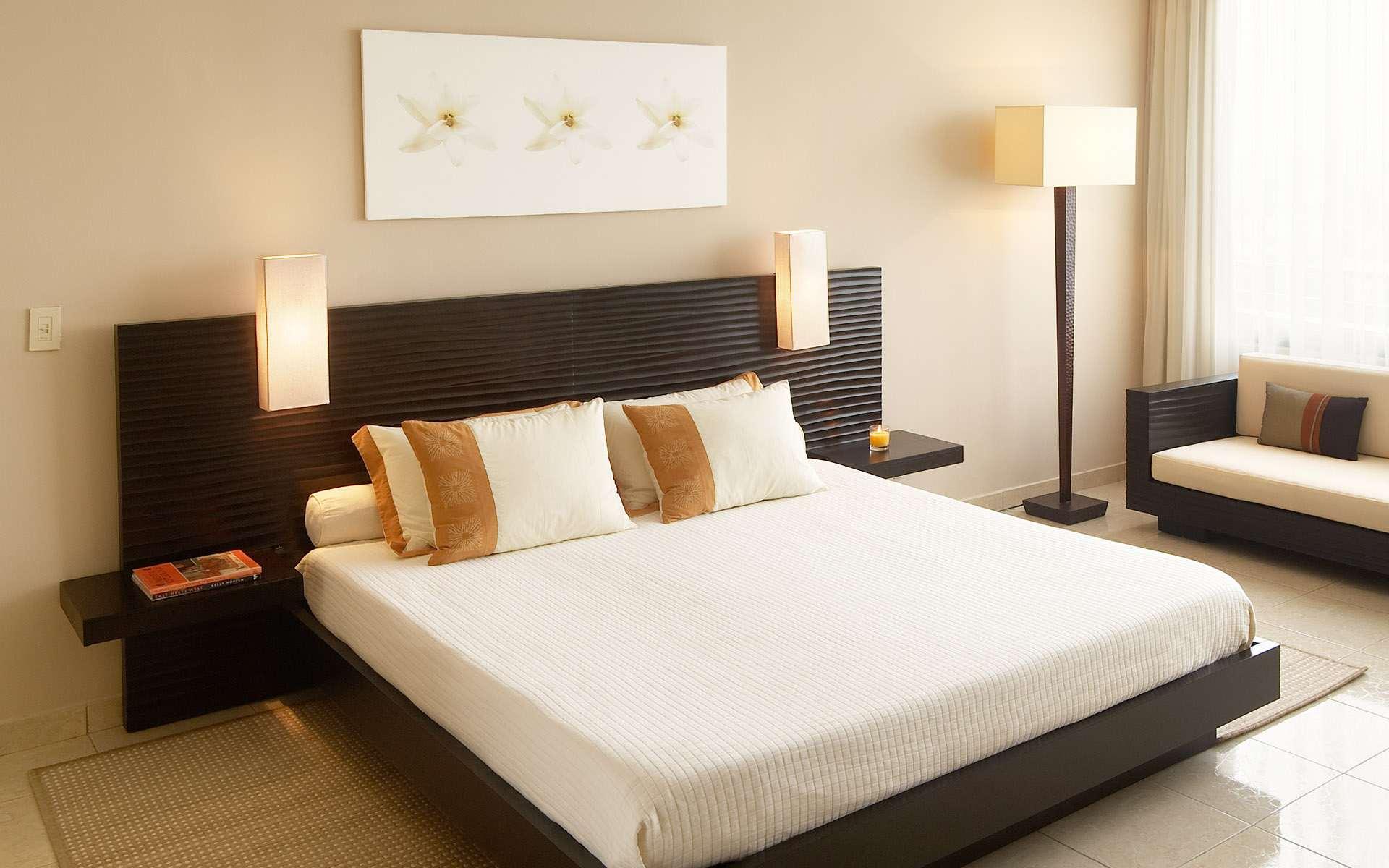 Бело-коричневый торшер в спальне