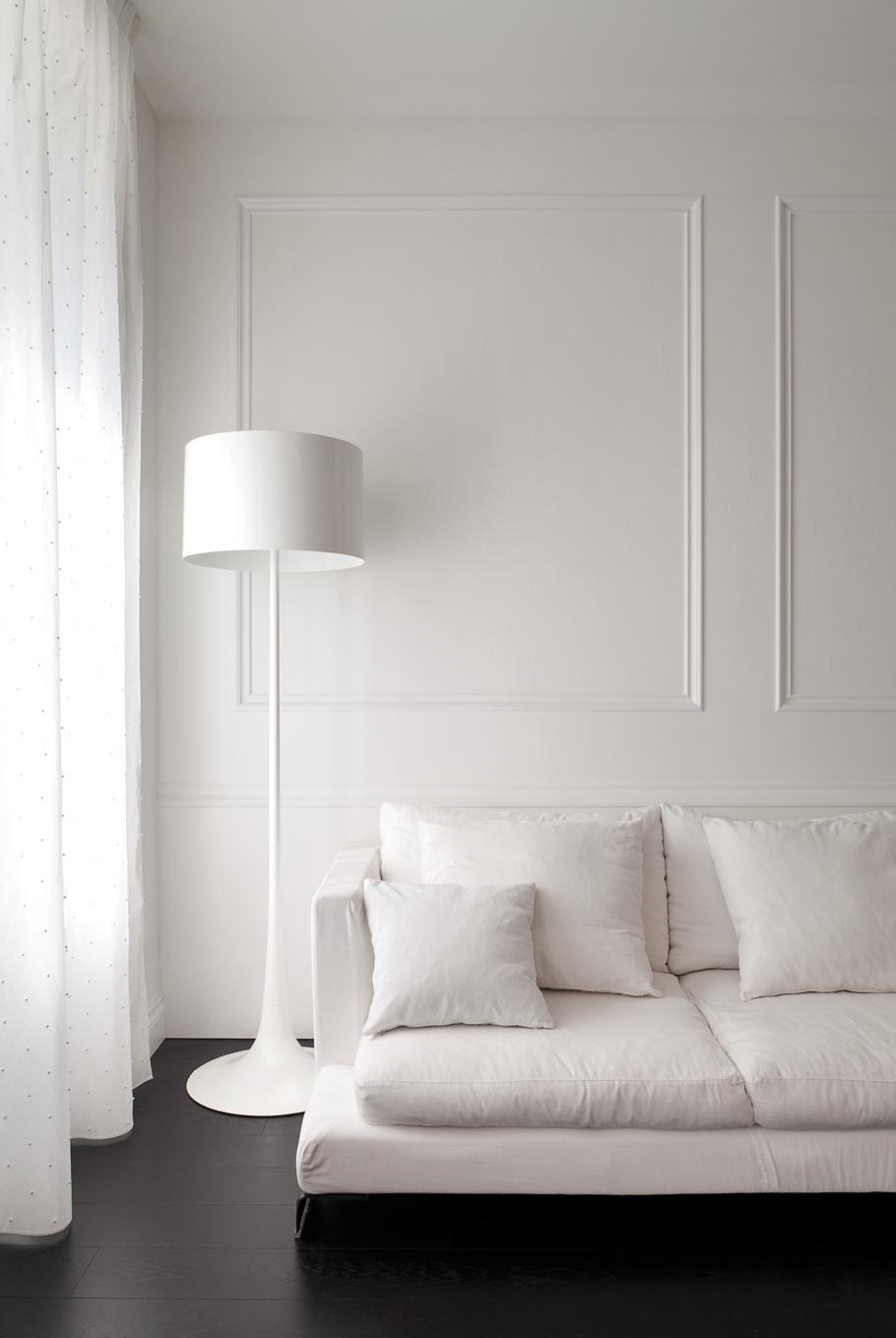 Белый торшер в черно-белой гостиной