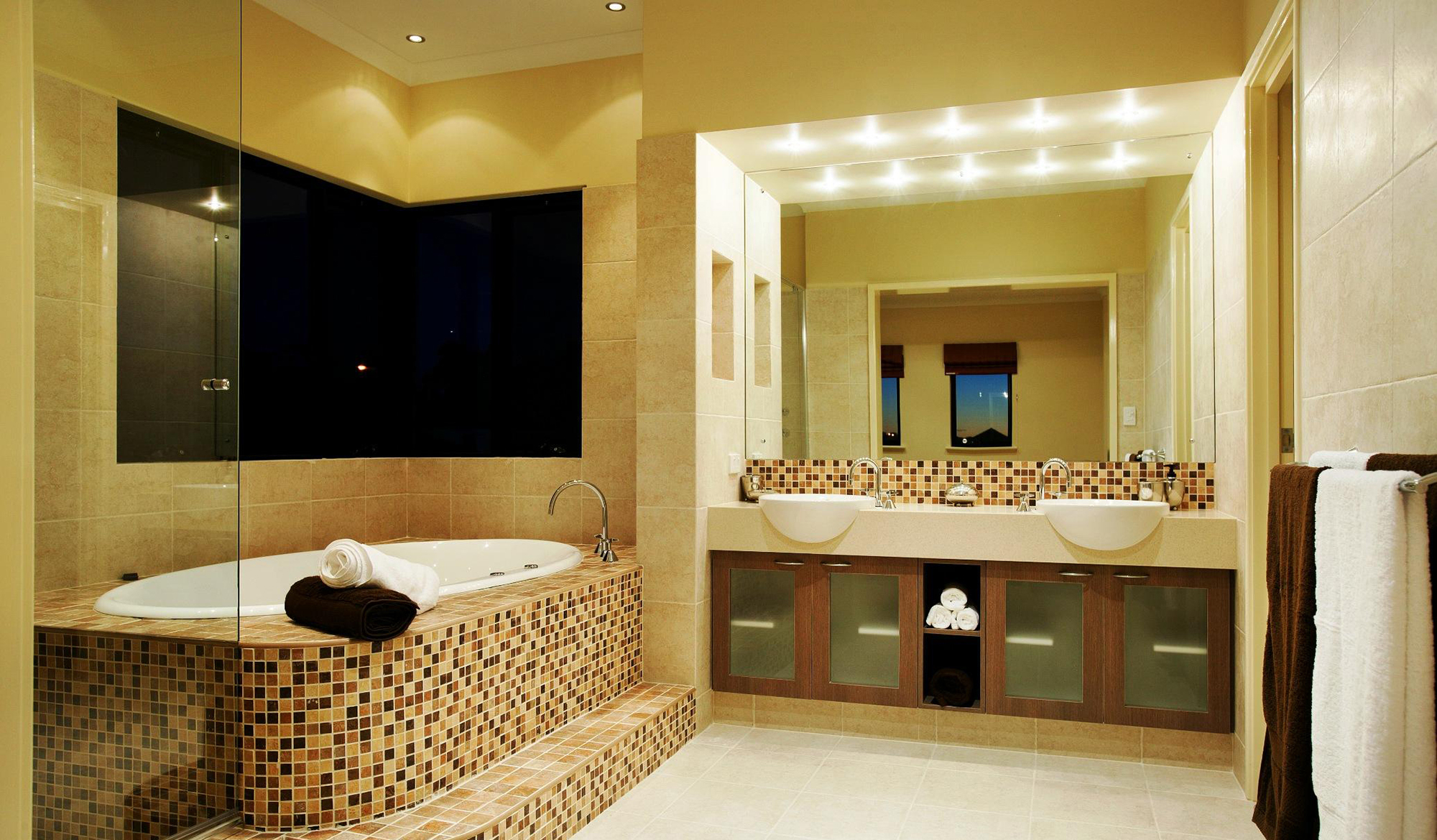 Бежево-коричневая мозаика в бежевой ванной