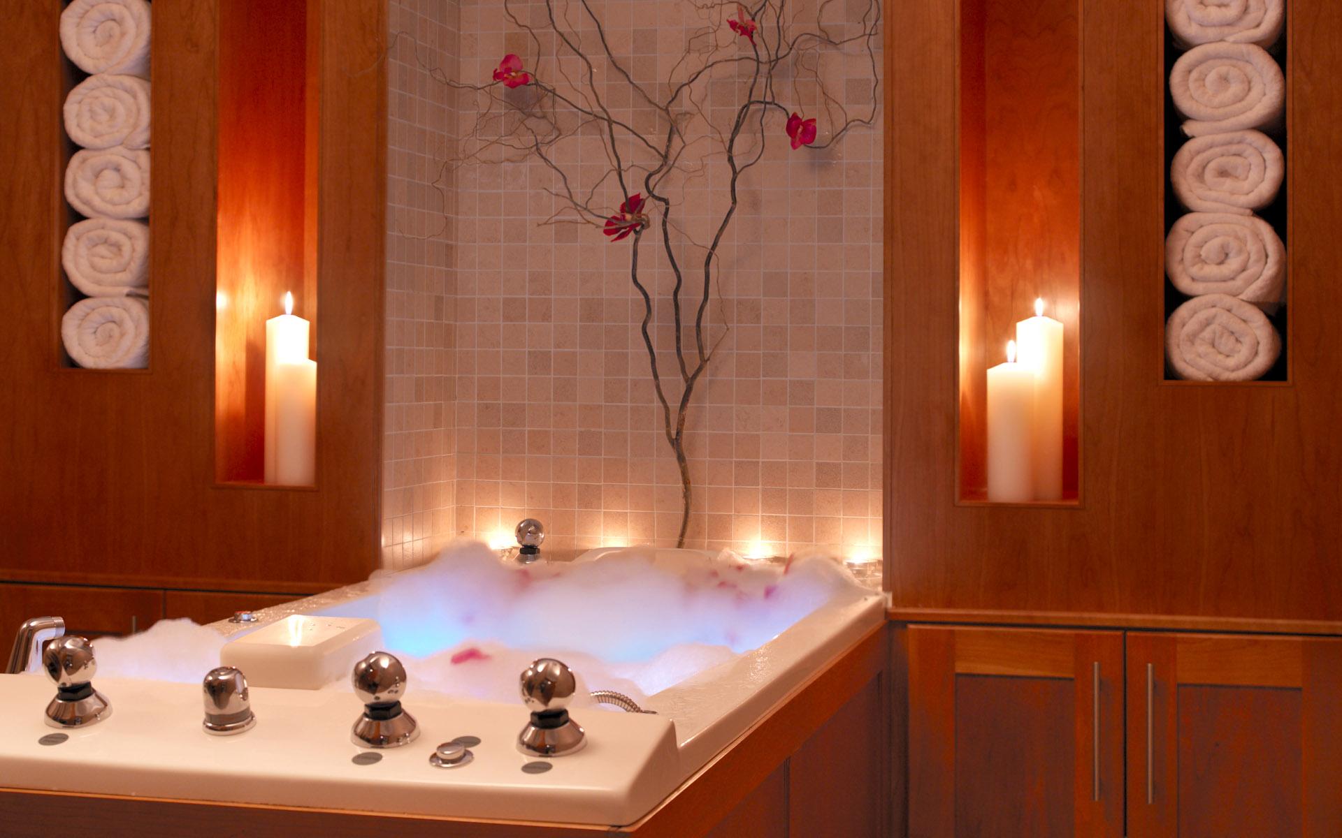 Украшение ванной свечами и сакурой