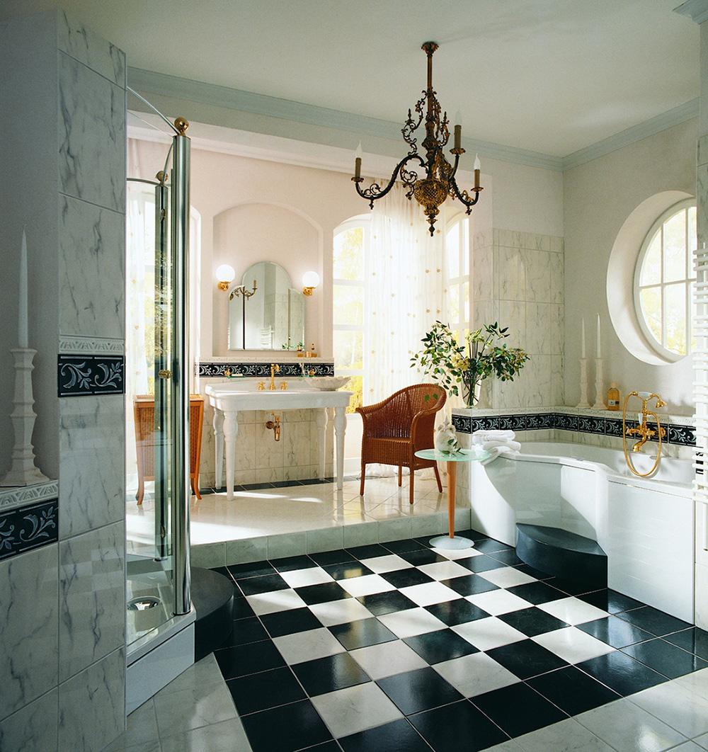 Золотистая сантехника в черно-белой ванной