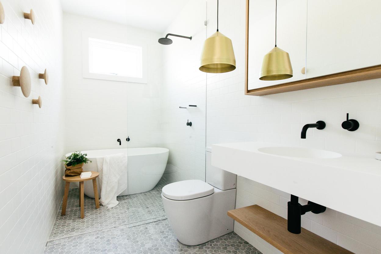 Черная сантехника в бело-коричневой ванной