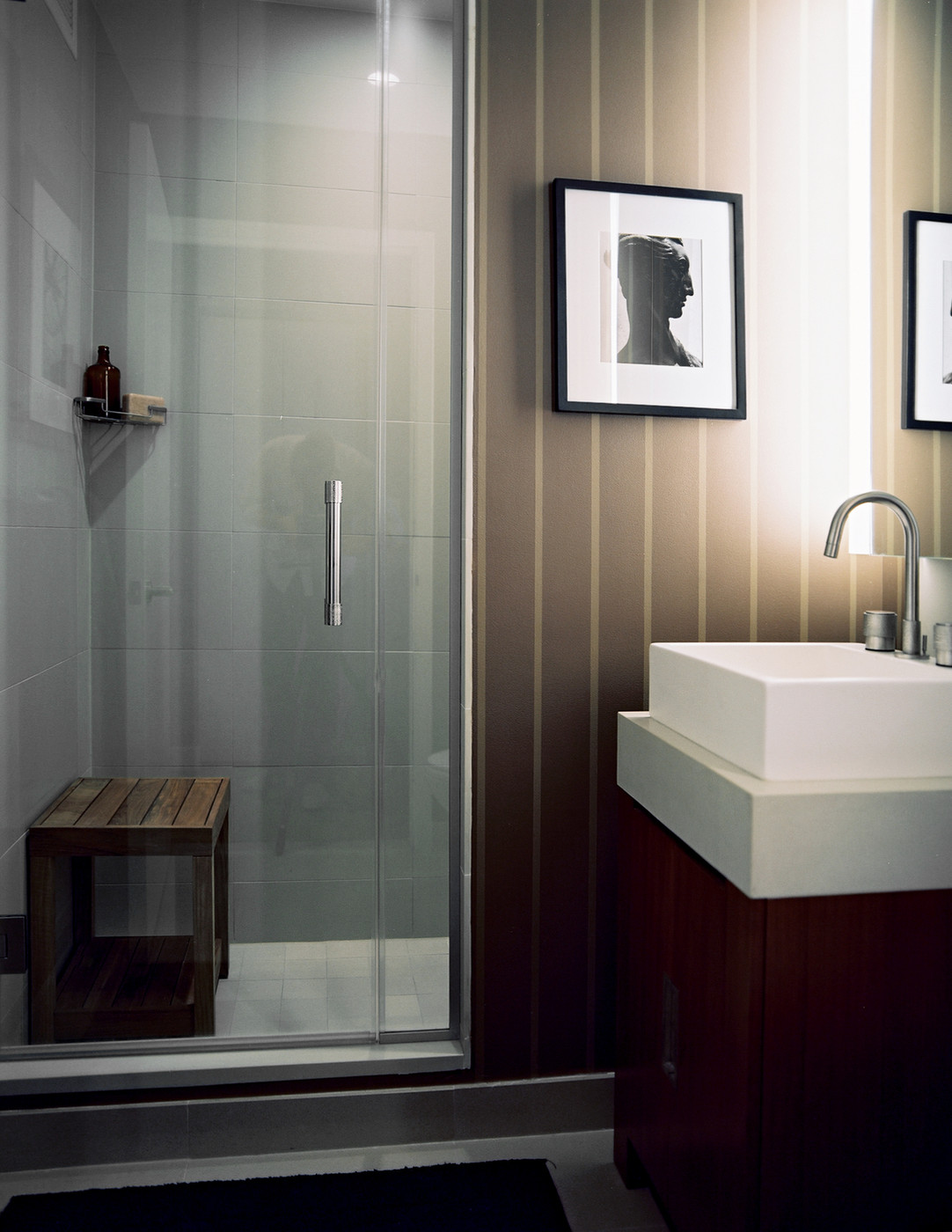 Коричнево-белый интерьер ванной