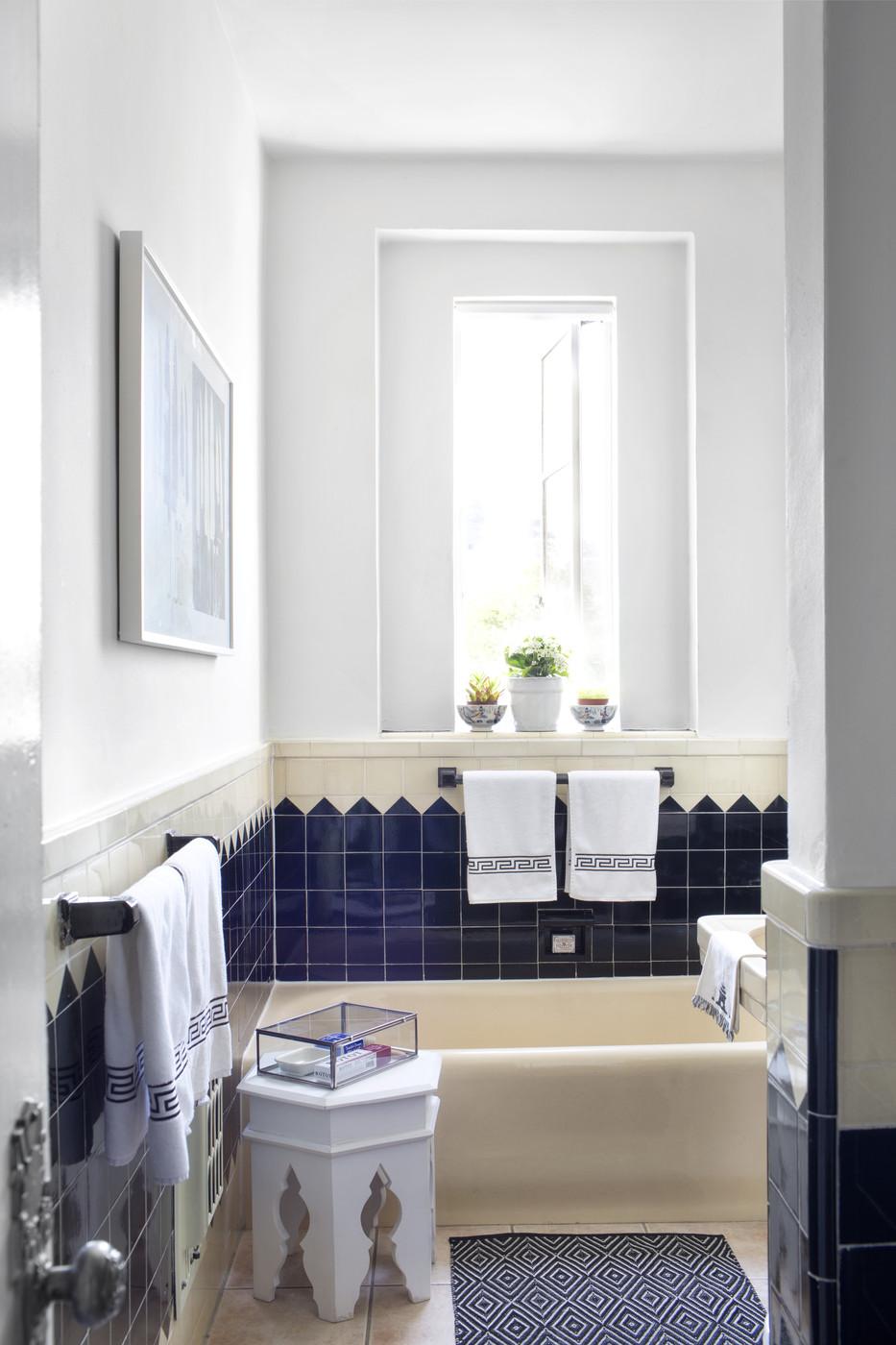 Бело-синий текстиль в ванной