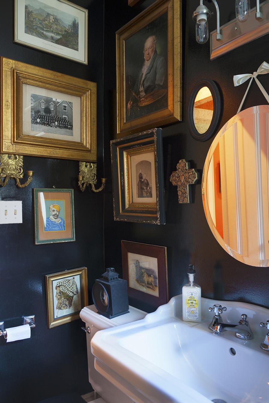 Картины в черно-белой ванной