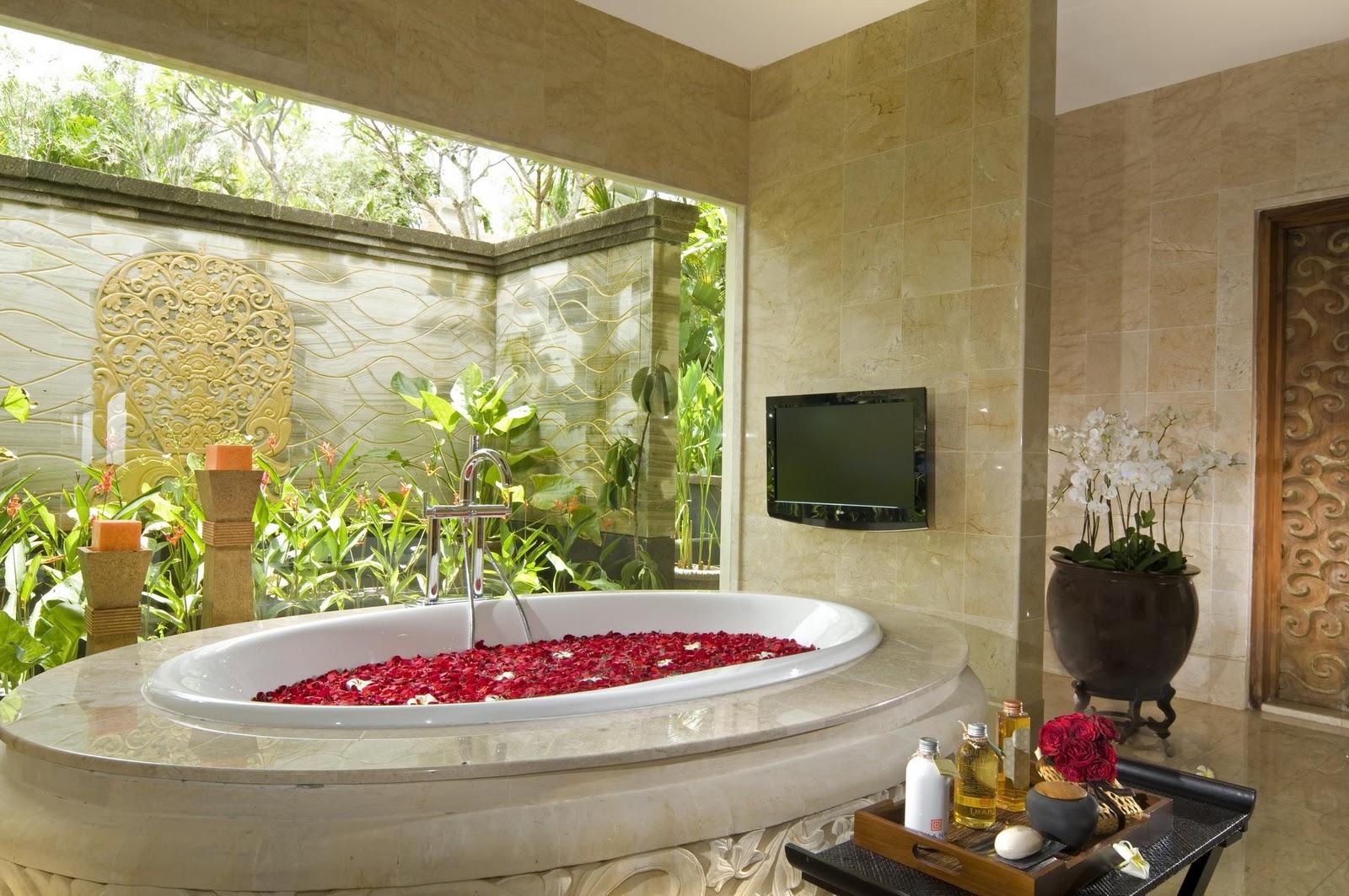 Бежевый камень в отделке ванной