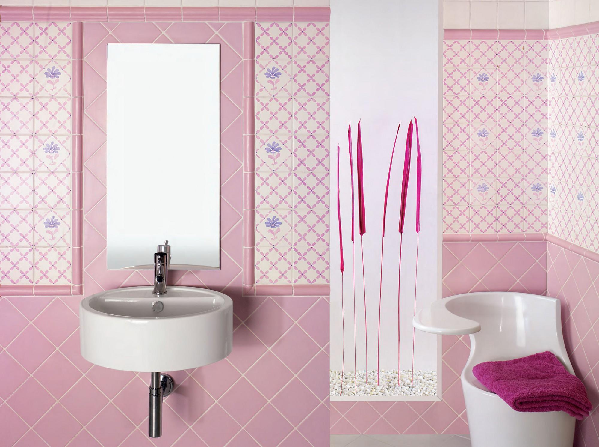Розово-белая плитка в отделке ванной комнаты