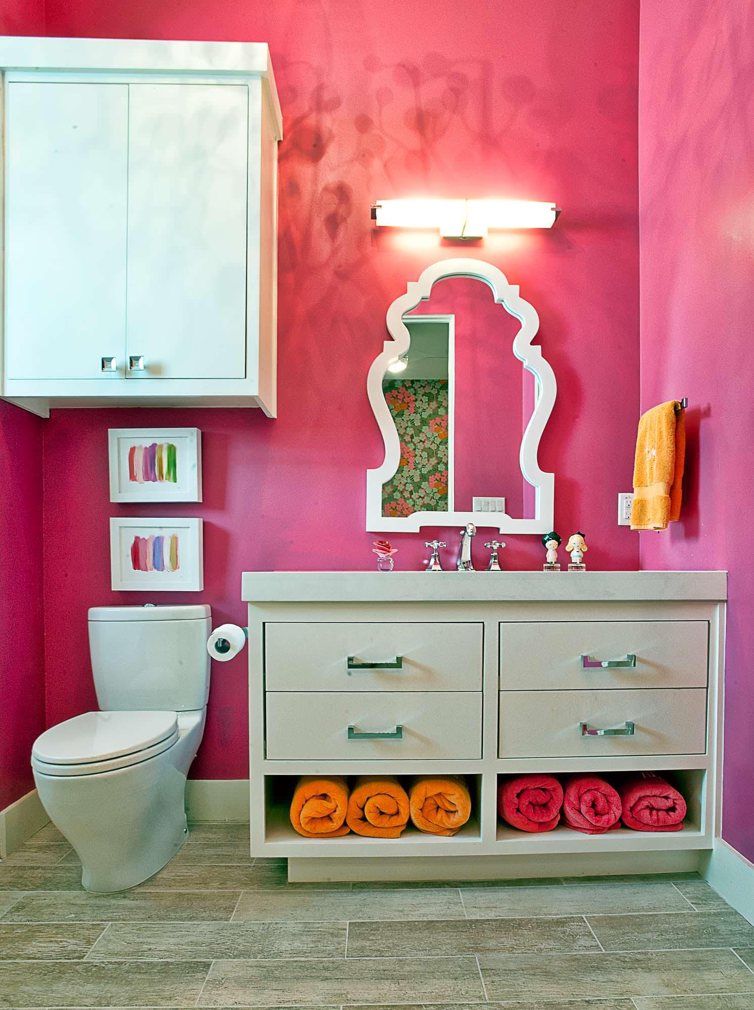 Бело-розовая ванная комната в стиле шебби-шик