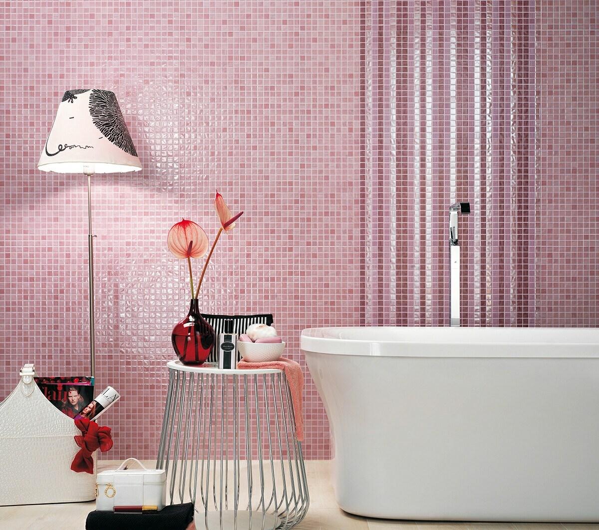 Белые аксессуары для розовой ванной комнаты