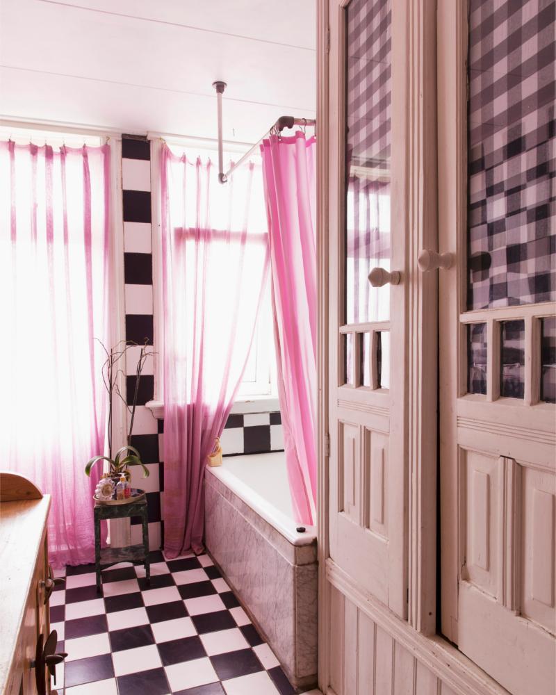 Розовые шторы в ванной в стиле шебби-шик