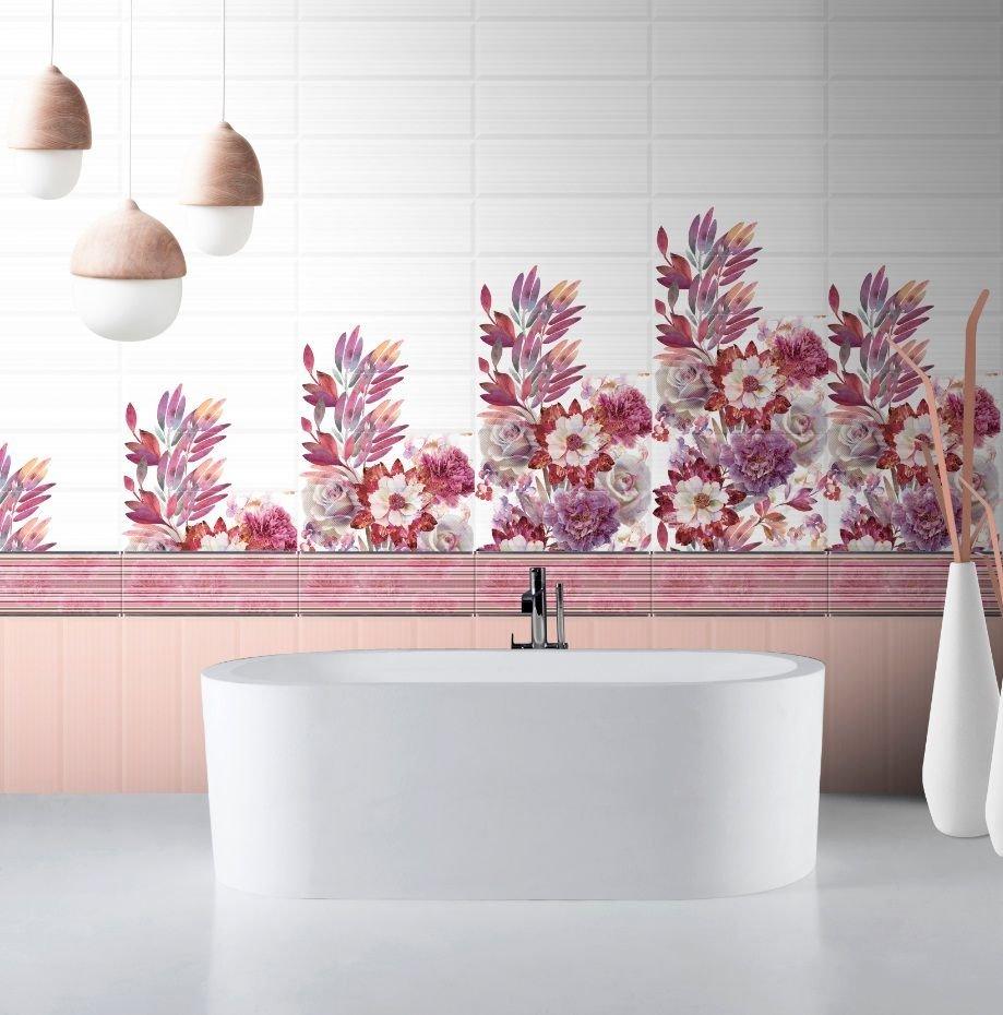 Розовая плитка с цветами как акцент в ванной комнате