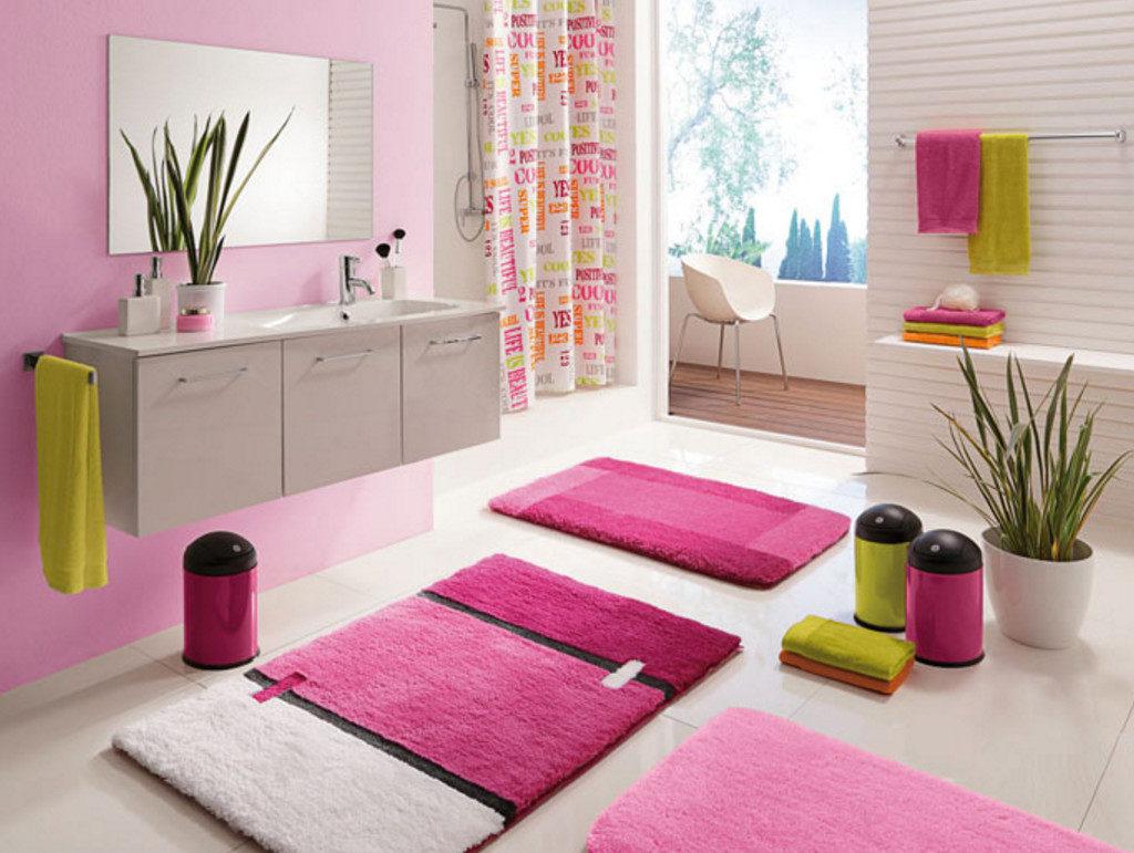 Разноцветные аксессуары для розовой ванной комнаты