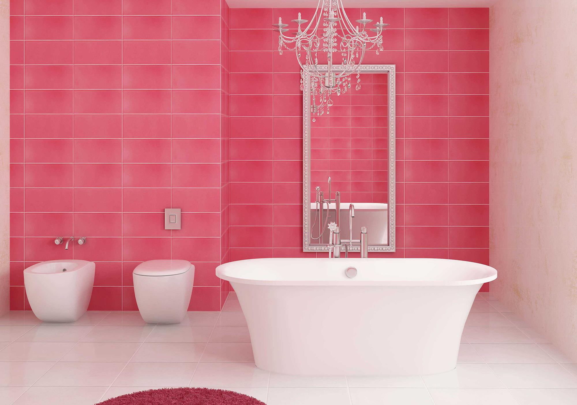 Розовая плитка и коврик в ванной