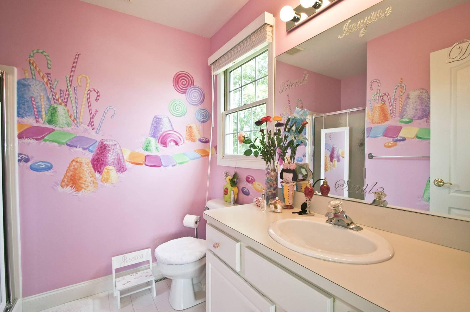 Яркие украшения в розовой ванной