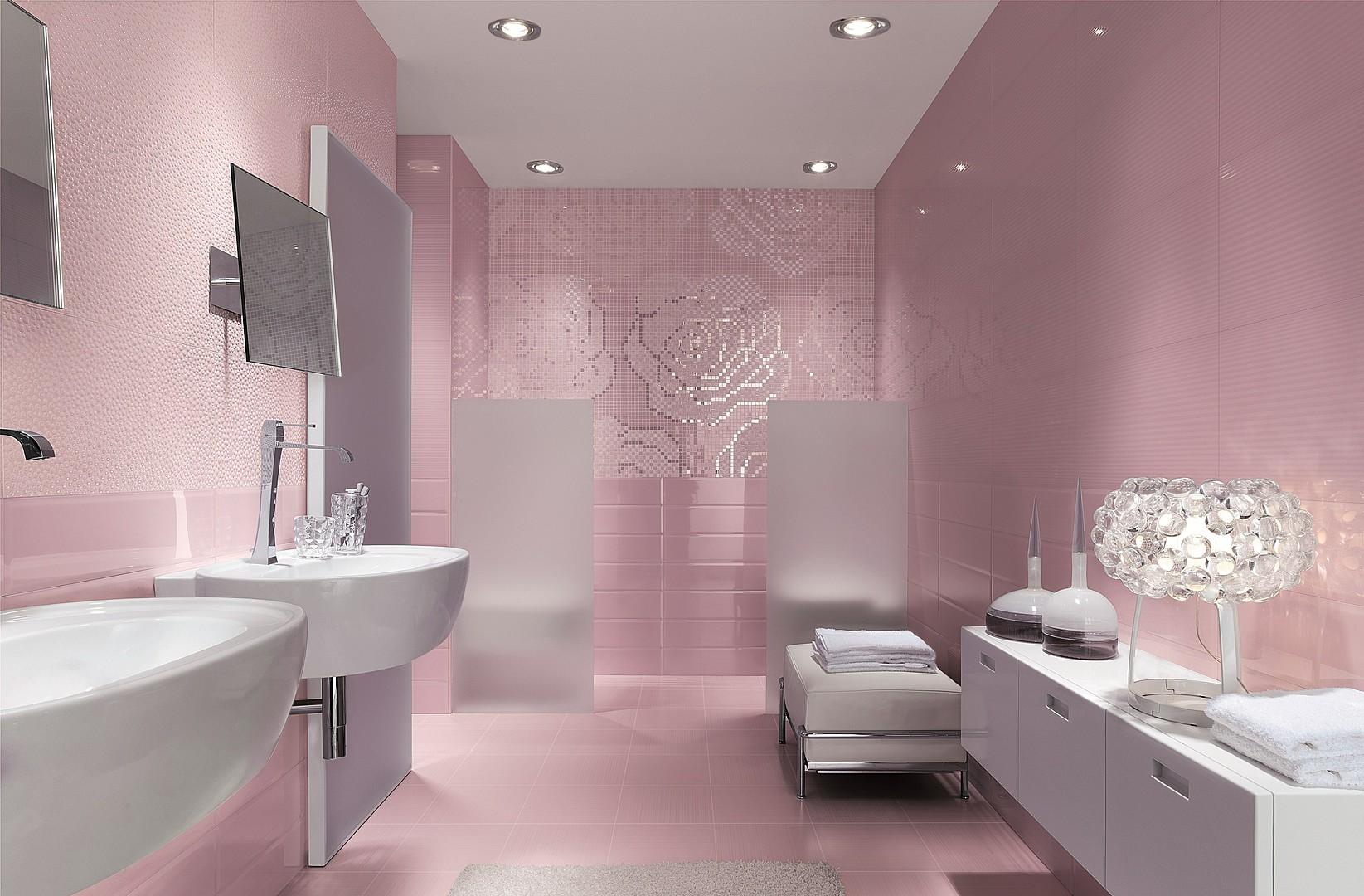 Розовые стены и белая мебель в ванной