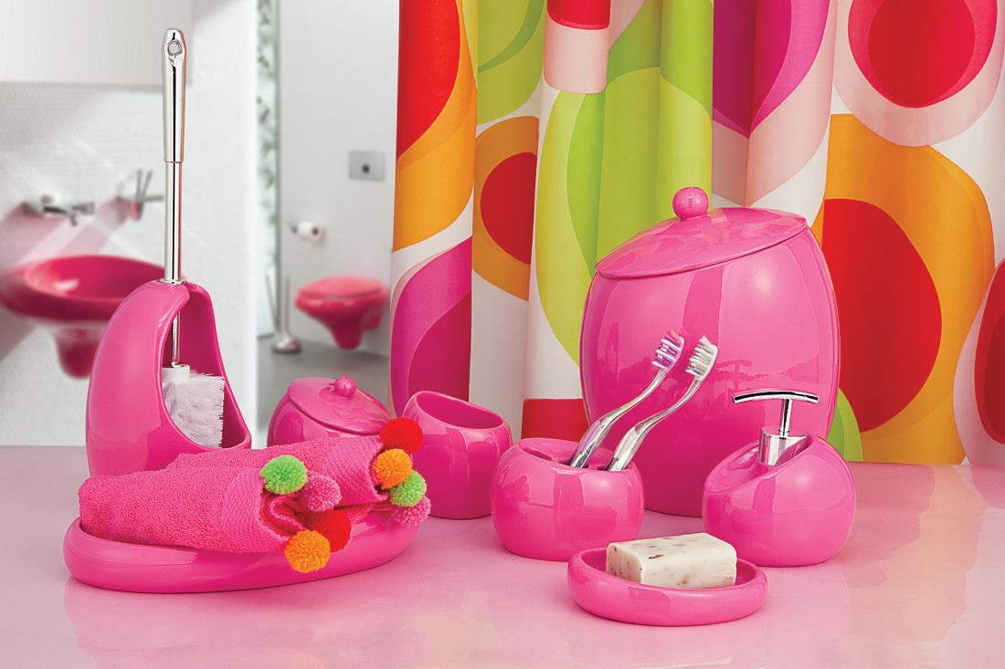 Розовые аксессуары в ванной комнате