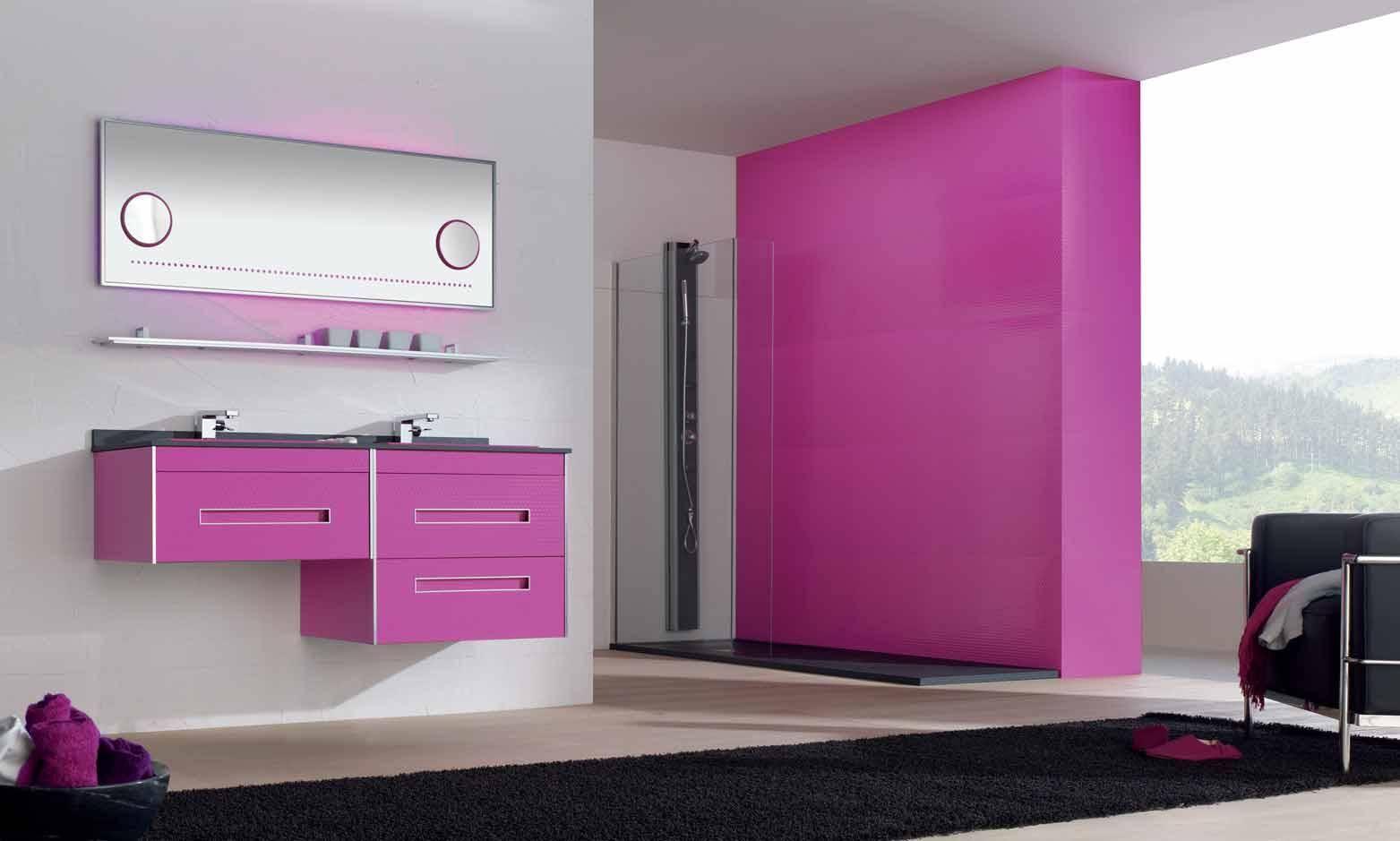 Розовая мебель и отделка в ванной