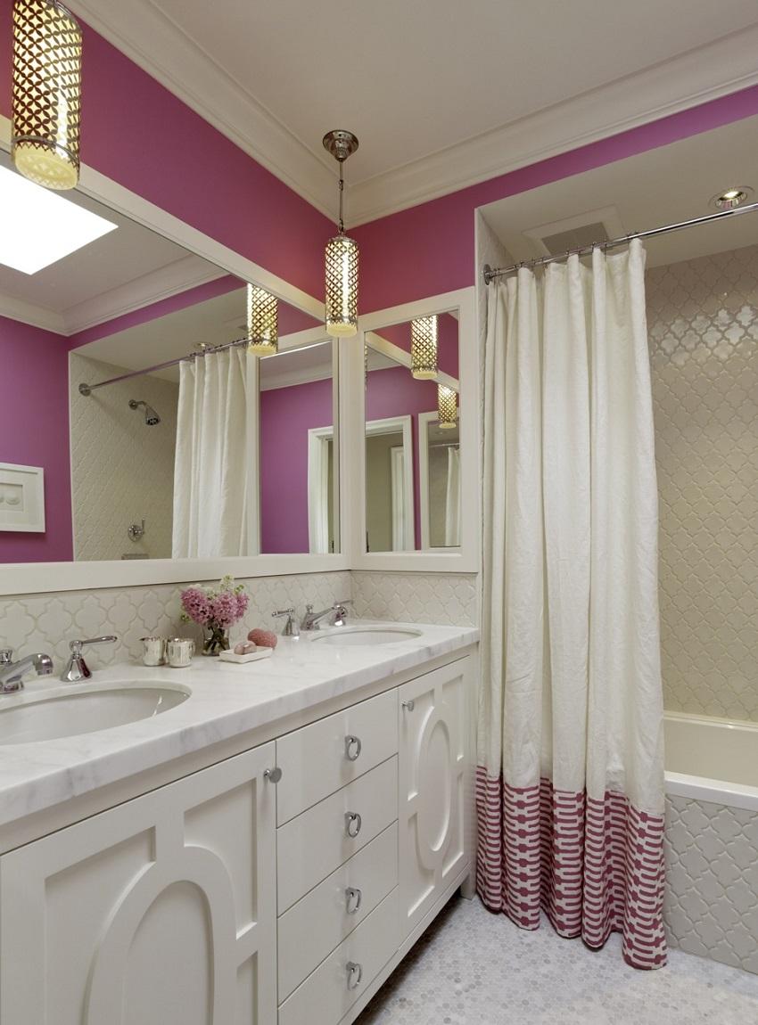 Насыщенные розовые акценты в ванной